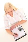 Vrouw die op document schrijft Stock Afbeeldingen