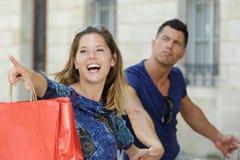 Vrouw die op een andere boutique voor het winkelen richten royalty-vrije stock foto's