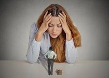 Vrouw die op een bureau bazige uitvoerende man leunen die haar frekwenteren Royalty-vrije Stock Foto
