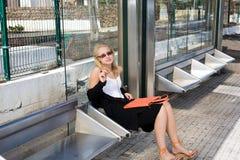 Vrouw die op een bus wacht Stock Afbeelding