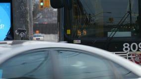 Vrouw die op een bus wachten en dan het inschepen stock videobeelden