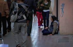 Vrouw die op een commerciële straat in Mallorca bedelen Stock Afbeelding