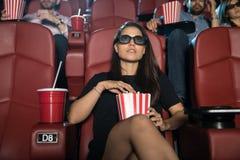 Vrouw die op een 3D film letten Stock Afbeeldingen
