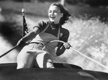 Vrouw die op een kabel op een zeilboot houden (Alle afgeschilderde personen leven niet langer en geen landgoed bestaat Th van lev stock afbeelding