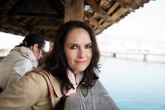 Vrouw die op een oude houten brug lopen stock afbeelding