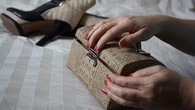 Vrouw die op een reis, laarzen, zak en handclose-up gaan stock video