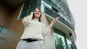 Vrouw die op een telefoon spreken Stock Afbeeldingen
