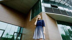Vrouw die op een telefoon spreken Stock Foto's