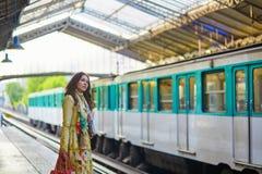 Vrouw die op een trein wacht Royalty-vrije Stock Foto's