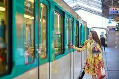 Vrouw die op een trein wacht Stock Afbeeldingen