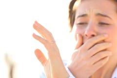 Vrouw die op een verlovingsring na voorstel letten stock foto