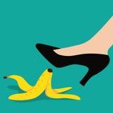 Vrouw die op een vlak ontwerp van de banaanschil uitglijden vector illustratie