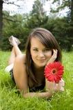 Vrouw die op een Weide legt stock foto