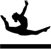 Vrouw die op evenwichtsbalk springen Royalty-vrije Stock Foto