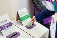 Vrouw die op federale de verkiezingsdag van 2016 stemmen in Australië royalty-vrije stock afbeeldingen