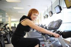 Vrouw die op fiets uitoefent Stock Foto