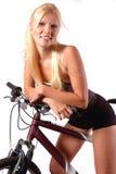 Vrouw die op fiets wordt gezeten stock foto's