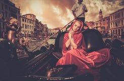 Vrouw die op gondel berijden Royalty-vrije Stock Foto's