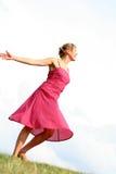 Vrouw die op gras danst Stock Afbeelding