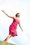 Vrouw die op gras danst Royalty-vrije Stock Afbeelding