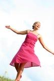 Vrouw die op gras danst Stock Foto's