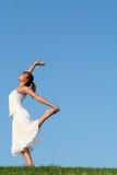 Vrouw die op gras danst Royalty-vrije Stock Fotografie