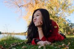 Vrouw die op gras leggen Royalty-vrije Stock Foto's
