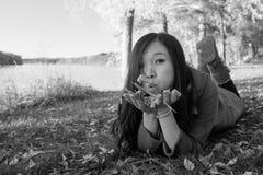 Vrouw die op gras leggen Royalty-vrije Stock Afbeeldingen