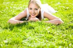 Vrouw die op gras ligt Royalty-vrije Stock Foto's