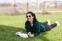Vrouw die op gras met bunnys leggen royalty-vrije stock foto