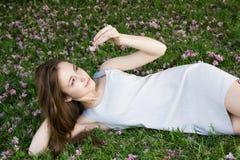 Vrouw die op groen gras ligt Royalty-vrije Stock Foto