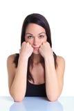 Vrouw die op haar handen ernstige uitdrukking leunt Royalty-vrije Stock Afbeelding