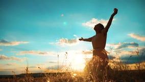 vrouw die op haar knieën bidden het meisje vouwde haar indient gebedsilhouet bij zonsondergang langzame geanimeerde video Het mei stock footage