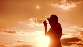 vrouw die op haar knieën bidden het meisje vouwde haar levensstijl indient gebedsilhouet bij zonsondergang langzame geanimeerde v stock video
