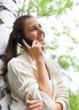 Vrouw die op haar mobiele telefoon spreekt Stock Afbeeldingen
