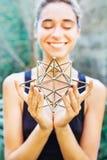 Vrouw die op heilige meetkunde mediteren stock foto