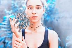 Vrouw die op heilige meetkunde mediteren royalty-vrije stock foto