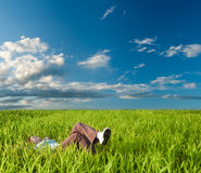 Vrouw die op het gras legt Royalty-vrije Stock Afbeeldingen