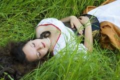 Vrouw die op het gras ligt Royalty-vrije Stock Afbeeldingen