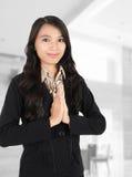 Vrouw die op het kantoor glimlacht Royalty-vrije Stock Afbeeldingen