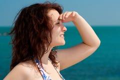 Vrouw die op het Overzees let stock afbeelding