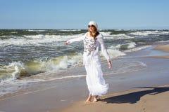 Vrouw die op het overzees lopen stock fotografie