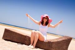 Vrouw die op het strand genieten van Stock Foto's