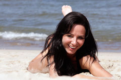 Vrouw die op het strand ligt Stock Afbeelding