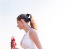 Vrouw die op het strand loopt Royalty-vrije Stock Foto