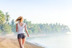 Vrouw die op het strand loopt Royalty-vrije Stock Foto's