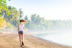 Vrouw die op het strand loopt Royalty-vrije Stock Fotografie