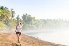 Vrouw die op het strand loopt Stock Afbeelding