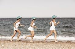 Vrouw die op het strand loopt stock foto
