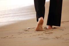 Vrouw die op het strand loopt Stock Afbeeldingen